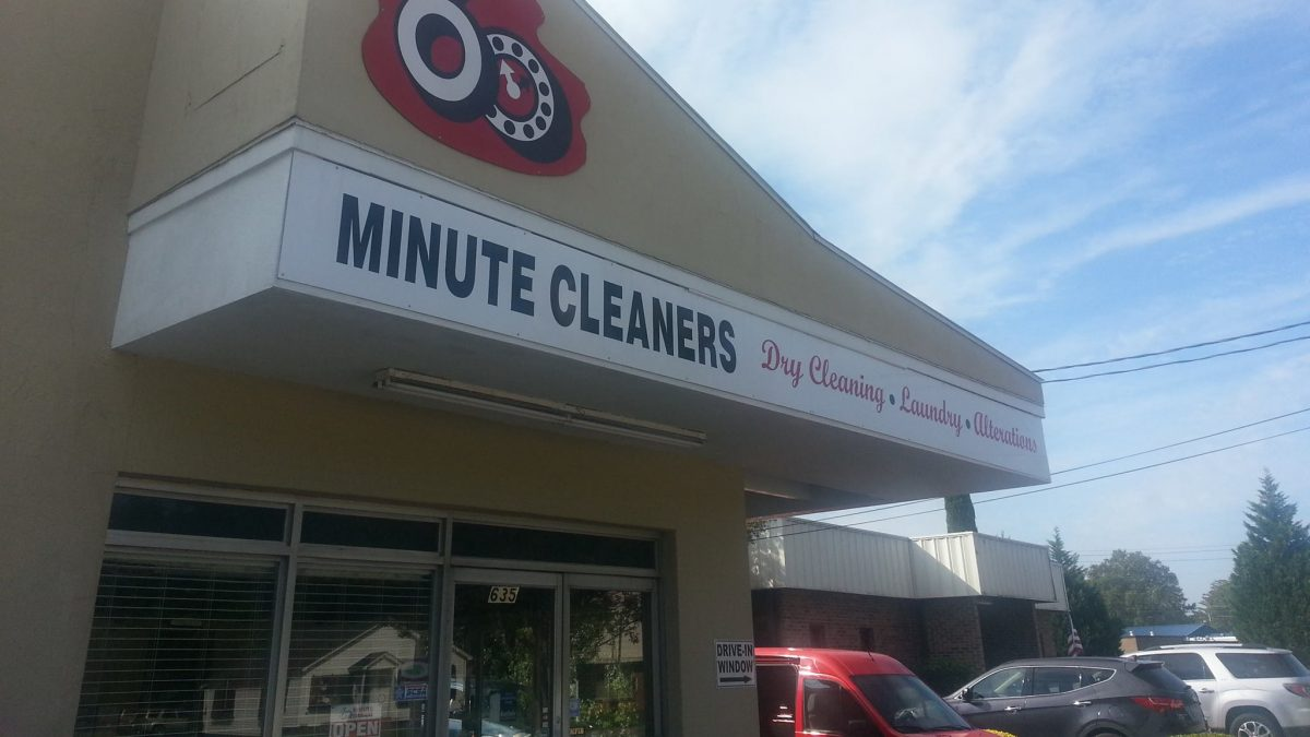 The exterior of 60 Minute Cleaners.